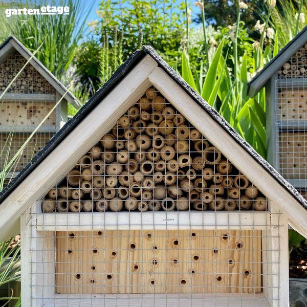 Selbststehendes Bienenhotel lasiert mit Schieferdach